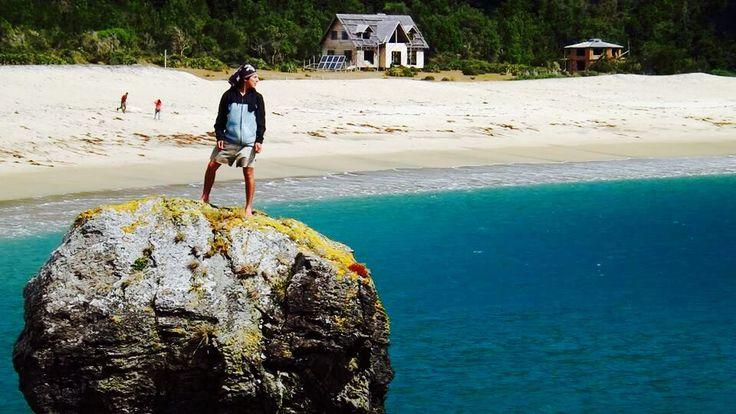 Caleta condor sobre la gran roca y su magestuoso mar turkesa