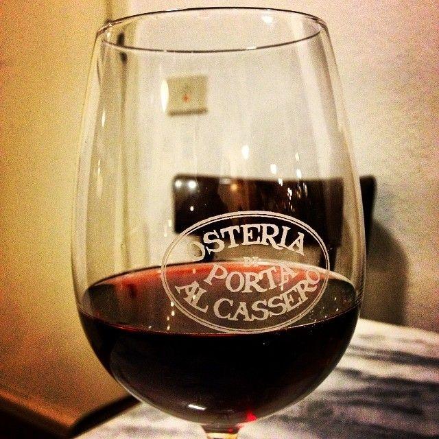 Un calice di vino rosso @ Osteria Porta al Cassero - Montalcino | #siena #valdorcia #toscana #italia #tuscany #italy