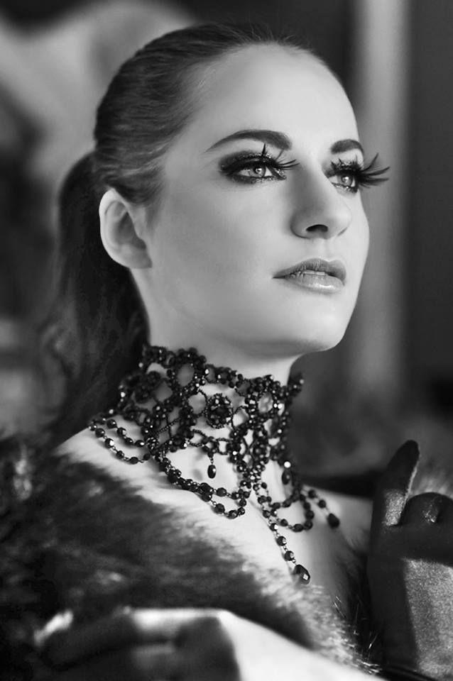 Szeroka czarna kolia wieczorowa, typu obroża, pięknie pleciona ręcznie. Biżuteria oferowana  przez Decoris & Art.