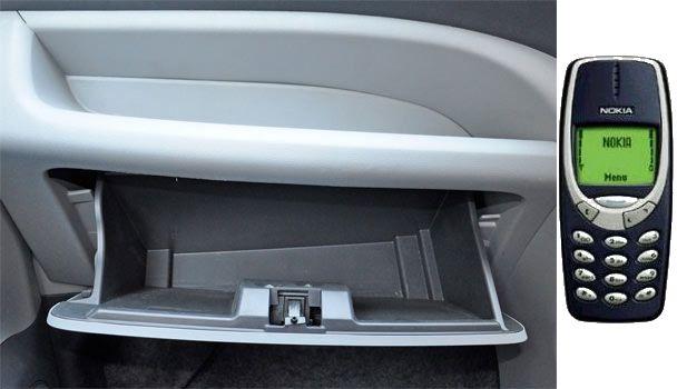 Mettez votre vieux téléphone mobile (chargé et éteint) dans votre boite à gants de voiture, en cas de problème il vous permettra d'appeler les secours. Même sans réseau ni carte sim vous pouvez composer le 112 pour joindre les secours.