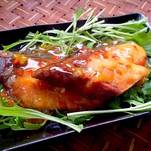 """揚げた魚に甘くて酸っぱいたれをかける、直訳すると""""魚・三・味""""。 三味とは、甘味、辛味、酸味の事で、さっくり空揚げした魚に三味が調和した餡をかけていただきます チビ〜ズも食べられる辛くないタイ料理✌️ - 71件のもぐもぐ - ปลาสามรสプラー・サーム・ロット Fried yellowtail with Sticky Sweet,Chili&soursauceタイ風鰤の唐揚げ 餡掛け by Ami"""