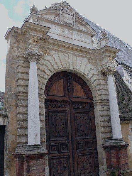 Rotonde du tombeau de Sully, achevé en 1642 à Nogent le Rotrou. - Son fils François de Béthune, comte d'Orval est le gouverneur de Figeac, place de sûreté calviniste. Ce dernier épouse Jacqueline de Caumont, fille du marquis de la Force, qui commande la défense militaire de Montauban en 1621. Cette même année, Sully est est intervenu en modérateur entre les protestants et la royauté, après les 96 jours de siège de Montauban par Louis XIII en 1627-1628 lors du siège de la Rochelle