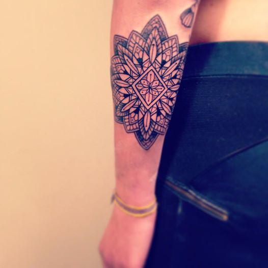 tatouage avant bras femme mandala avec rose. Black Bedroom Furniture Sets. Home Design Ideas