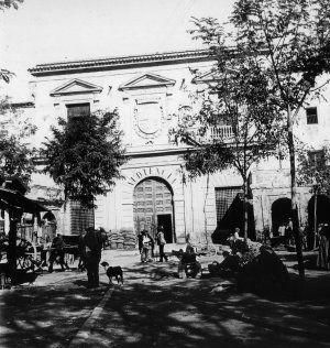 Desaparecidos. Los porches del Almudí, en una foto rescatada en el libro de María Manzanera 'Nuestro Pasado Fotográfico. Murcia memorable'.El rayo que nos 'trajo' al Almudí