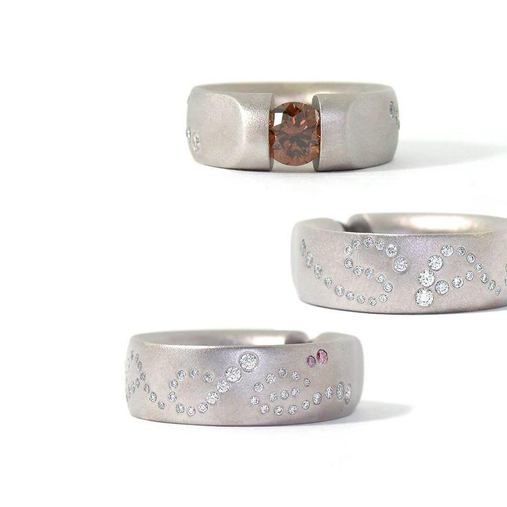 Ring 'Sadé', uitgevoerd in gezandstraald witgoud bezet met diamanten. Een grote fancy gekleurde bruine diamant van 1,12 ct en diverse witte en twee roze diamanten.