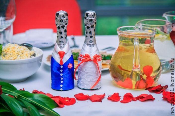 Купить или заказать Свадебное шампанское в интернет-магазине на Ярмарке Мастеров. «Свадебное шампанское» - неотъемлемый атрибут на столе молодоженов. Эти бутылки не выпивают на самой свадьбе, а забирают после банкета домой. Далее одна бутылка открывается на первую годовщину свадьбы, а вторая на рождение первенца. Традиционно основное отличие «Свадебного шампанского» от остальных напитков на свадебном столе его свадебное оформление. Оформлю шампанское в цвет вашей свадьбы со всеми вашими…