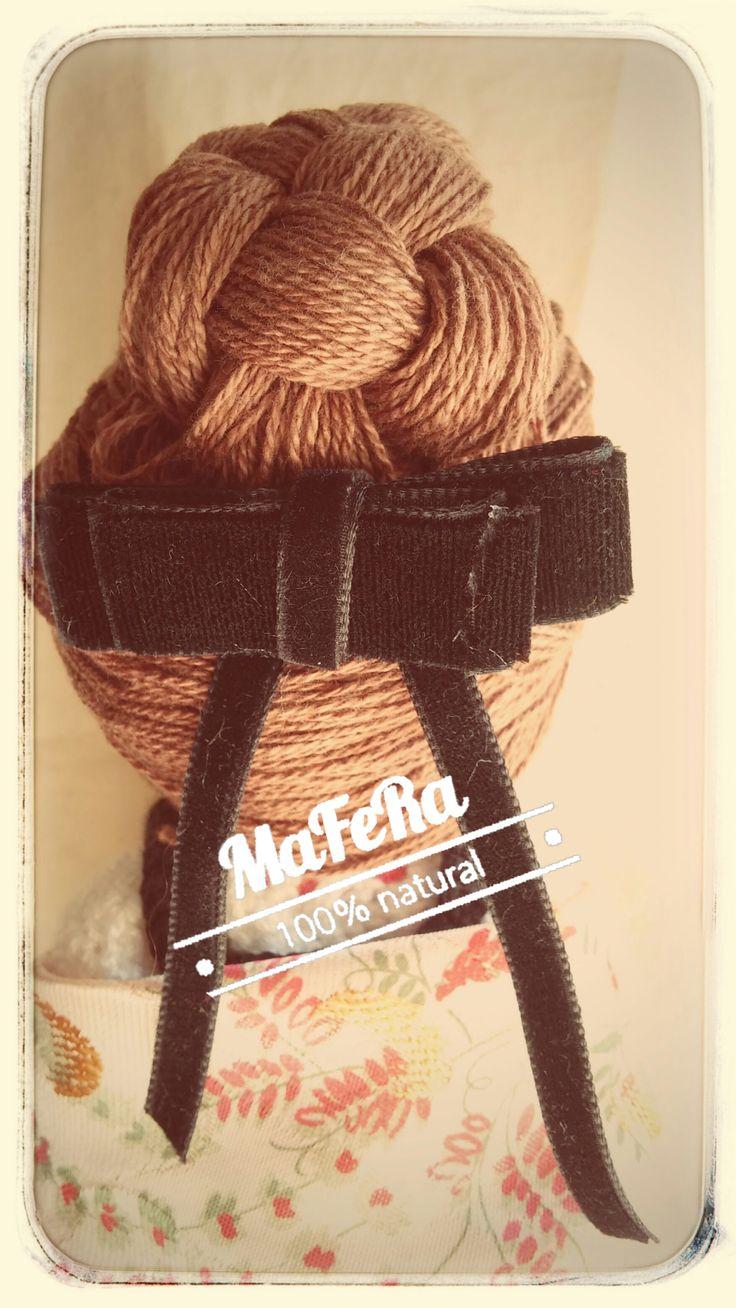 Moño y adorno del pelo del traje de manchega de la muñeca hecha a crochet.
