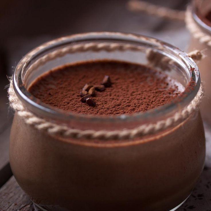 Concasser le chocolat au couteau. Faire chauffer le lait doucement. Blanchir les jaunes et le sucre. Ajouter un peu de lait chaud en mélangeant touj