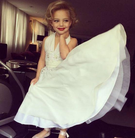 Sheila Mello veste a filha como Marilyn Monroe e é criticada na web