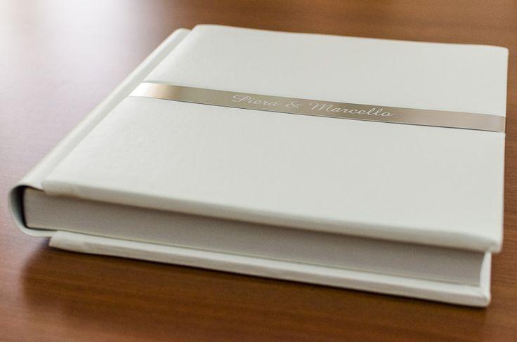 """Wedding album firmato """"Album Epoca"""". Modello """"Positano"""" con fascia in metallo e nomi incisi al laser. Formato 30x30, 60 pagine."""
