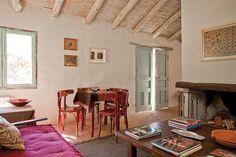 En el living, una vieja mesa de juego, dos cuadros de Stefania Vecchi Lagos Mármol y una caja con muñequitos tilcareños..