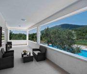 Diese Luxusvilla im Hinterland von Trogir bietet Platz für bis zu 10 Gäste und bietet besondere Angebote für Paare in den Flitterwochen. Buchen Sie jetzt!