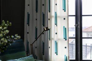 Gotain cylinder sammetsgardin är inspirerad av Art Deco erans eleganta linjer, de runda prickarna adderar en vuxen men lekfull twist. Alla våra tyger vävs i Spanien, ett land med lång erfarenhet och bred kunskap inom textiltillverkning. Gardinerna är försedda med ett multiband som gör att upphängningen är universal. Det går lika bra att hänga dina Gotain gardiner på gardinstång som i gardinskena med glid, fingerkrok eller ringar.