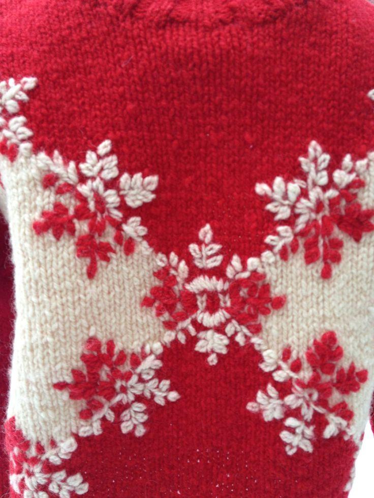 Conception rouge petit pull flocon de neige par MillsVintage. Bonne idée que cette broderie flocon en positif négatif.