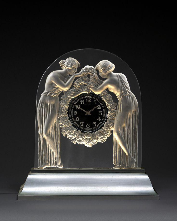 """René Lalique (1860-1945) & Omega -Pendule """"Deux figurines"""", 1926  Verre moulé-pressé incolore sur une base en doucine en métal nickelé, un système d'éclairage électrique dissimulé dans la base (38cm)"""