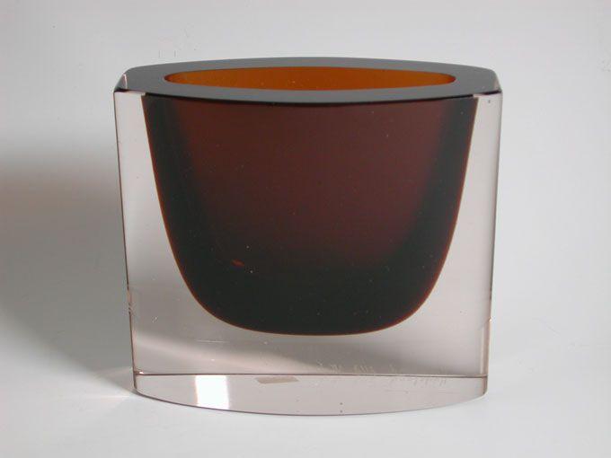 utopiaretromeodern.com - designer: Willy Johansson, produsent: Hadeland, periode: 1960 c., Vase i overfanget klart/ brunt og slipt glass.