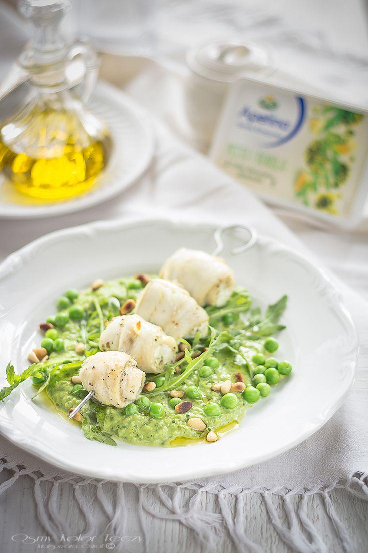 Fish skewers on peas and arugula purée