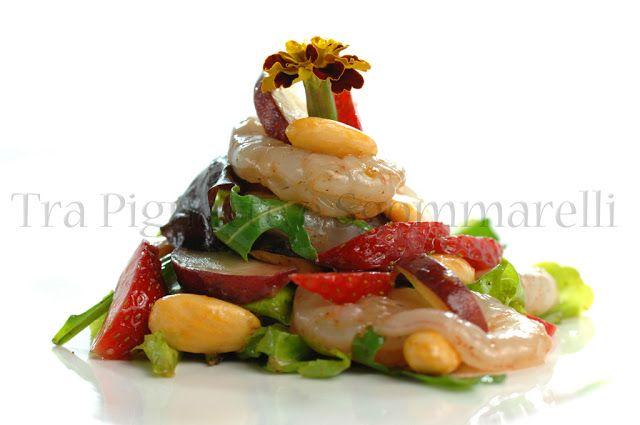 Insalata di crudo di gambero rosa allo zenzero, fragole, pesca tabacchiera, misticanza e mandorle tostate al sale e paprika