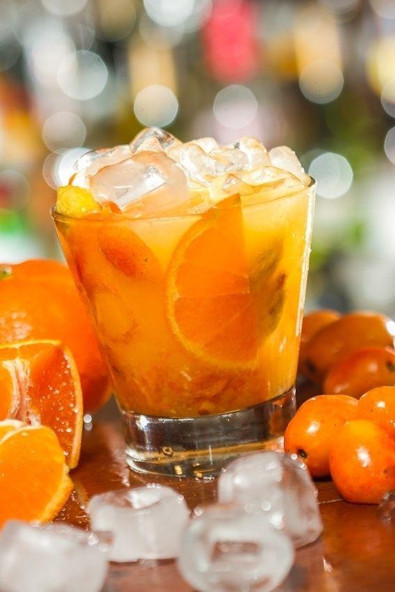 A seriguela, fruta que dá no verão, é opção refrescante em dupla com a tangerina espanhola, nesta receita de Deusdete Souza, do Veloso Bar. Clique no MAIS para ver a receita