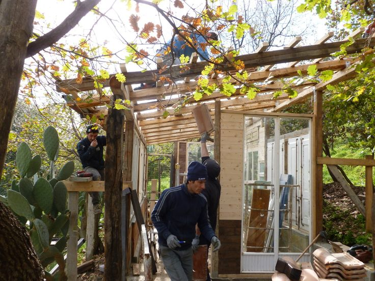die Querlattung für die Dachziegel werden montiert und das Dach gedeckt.