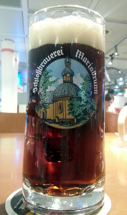 Cerveja Schlossbrauerei Mariabrunn Dunkel, estilo Munich Dunkel, produzida por Eittinger Fischer Bräu, Alemanha. 4.8% ABV de álcool.