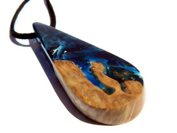 Lurie ha hechos a mano de un colgante tipo creando una visión atmosférica de la tierra a través de las nubes con el sol formando espectros de color intenso sobre el mar y el paisaje. Hechos a mano con madera nativa de Australia y escama de oro cobre fundido junto con la resina usando