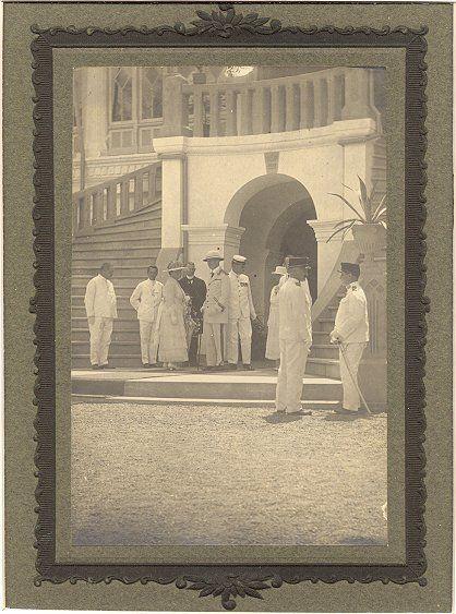 Gouverneur-Generaal graaf Van Limburg Stirum bij het residentiehuis in Palembang 1920-1940.