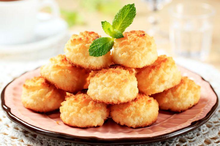 Kokosmakronen  In der Adventszeit wird immer viel gebacken. Meine absoluten Favoriten sind Kokosmakronen! Ganz einfaches Rezept & schmecken himmlisch.   http://einfach-schnell-gesund-kochen.de/kokosmakronen/