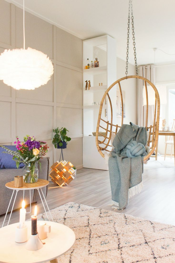 Gezellige woonkamer met die hangstoel. Lijkt me heerlijk als extra zitplek. In de stoel een mooie lamswollen plaid. Deze blauwe plaid heeft een ingeweven visgraat motiefje en is van het Zweedse merk Klippan. Verkrijgbaar bij webshop Ookinhetpaars. Enjoy me in deze prachtige woonkamer.