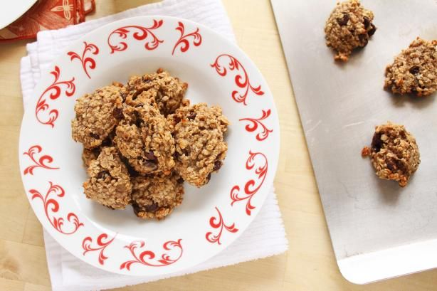 Healthy Oatmeal Banana Cookies from Food.com:   								Try these totally guilt-free, healthy cookies with only 5 ingredients... bananas, oatmeal, chocolate chips, and vanilla.  This is a softer cookie, so it would make a great breakfast with an ice cold glass of milk!