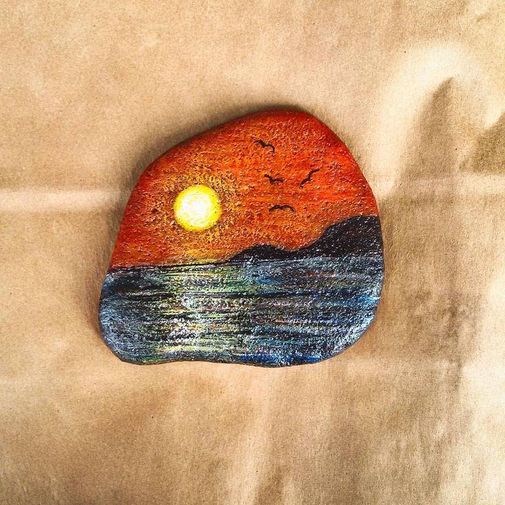 gün batımı...... #günbatımı #akşam #tasboyama #taştasarım #taş #taşboyamasanatı #stoneart #stonepainting #boyamasanatı #artwork #art #resim #handmade #elemeği #elyapımı #kişiyeözeltasarım #antalya #serpilince #boğazkent #magnet #bebekmagnetleri #babyshower #hediyelikler #elifsouvenir