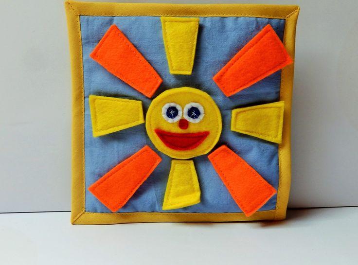 Quiet+book+sluníčko+V+létě+svítí+sluníčko,+na+holky+i+kluky.+Buďte+tiše+maličko,+uvidíte+mraky.++Velikost+karty+20x20cm.+Kartaje+ušita+z+bavlny+a+jednotlivé+díly+sluníčkajsou+ušité+z+filcu+a+jsou+na+suchý+zip.+Každá+karta+je+vypodložená+vatelínem+a+olemovaná+šikmým+pruhem.+Kniha+slouží+k+rozvoji+dětské+fantazie,+dovednosti,+logice.........+Vyberte+si+sami...