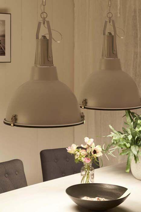KARWEI | Deze industriële hanglampen passen perfect boven de eettafel. #wooninspiratie #karwei #eetkamer