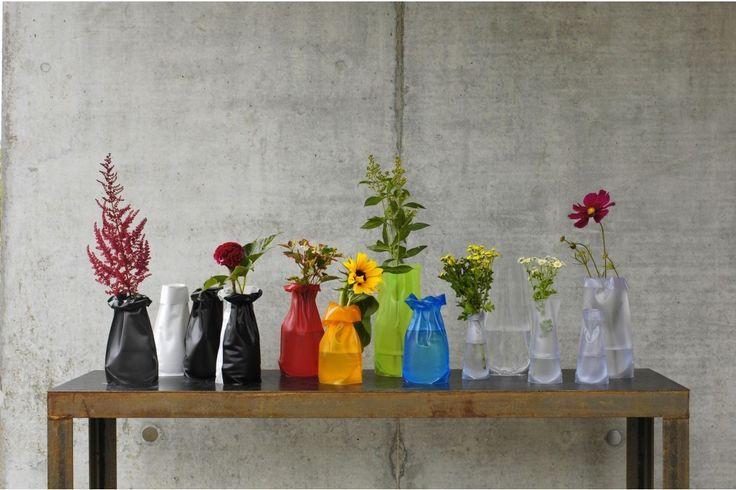 De Le Sack Flexibele Vaas van Trendform. Vul de vaas met warm water, en de kunststof wordt vormbaar. Vervolgens kun je deze vaas modelleren zoals jij dat wilt. #vaas #bloemen #lesack #huisdecoratie #cadeau