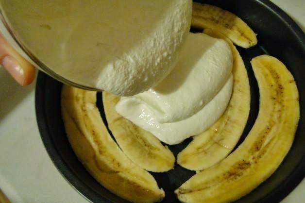 Порадуйте себя и родных вкуснейшей творожно-банановой запеканкой с отрубями! ВКУСНО И ПОЛЕЗНО!  ►400 гр творога  ►3 банана  ►стакан молока  ►5 ст.л отрубей ( у меня овсяные) ►щепотка соли и сах.зам по вкусу  Бананы нарезать тонкими пластинками или кружочками, уложить на дно жаропрочной формы. Все остальные ингредиенты смешать блендером до однородности. Залить бананы. Сверху можно присыпать ванильным сахаром. В разогретую до 180 духовку на 20 минут. Перед подачей дать немного остыть.