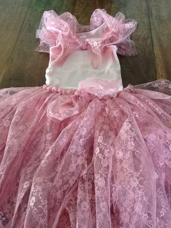 Prinsessenjurk! Een hemdje van Eeman, een stuk elastiek en daar knoop je repen tule omheen.