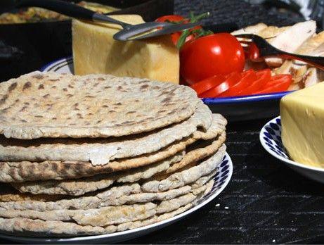 ingredienser  1.5 liter rågsikt  2 tsk bikarbonat  2 tsk fänkål  2 tsk anis  2 tsk salt  2 dl honung  5 dl filmjölk  Annons:  Gör så här  1. Blanda mjöl och bikarbonat i en bunke. 2. Krydda med fänkål, anis och salt. 3. Tillsätt honung och filmjölk. 4. Vänd ihop till en deg. Ta ut degen på mjölat bakbord. Dela degen i 10 delar. Baka ut små tunnbröd. 5. Stek brödet i torr panna på grillen eller i stekpanna, 2 minuter på vardera sidan till brödet har fått fin färg.
