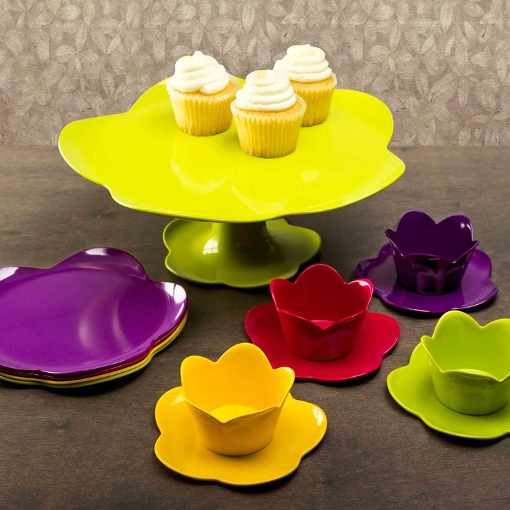 Cake stands display baked goods in style. Sturdy flower-shaped base. Made from durable melamine.