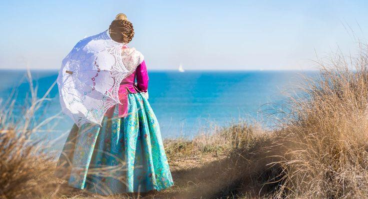Carla con su precioso vestido de fallera, durante su reportaje de fotos en la zona del Saler.
