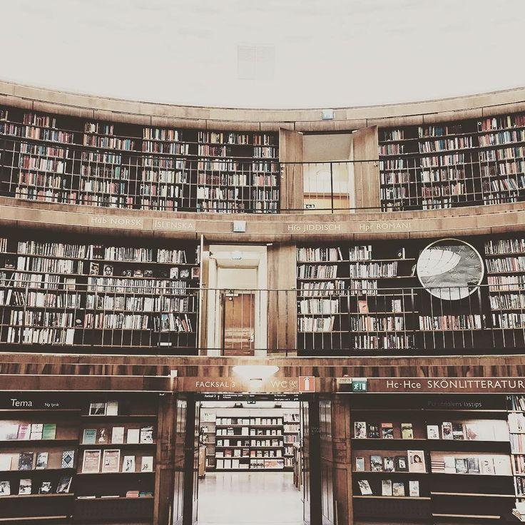 ストックホルム市立図書館アスプルンド設計  360度本に囲まれた円形の建築 カフェもあってゆったりとしていました これは通いたくなるなぁ by saveursbrocante