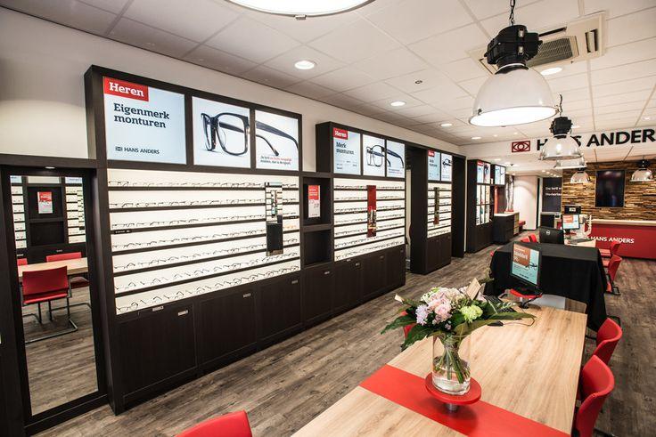 """Optiekketen Hans Anders heeft haar druk bezochte winkel aan de Ginnekenstraat in Breda volledig vernieuwd. Klanten zullen verrast worden door de innovatieve inrichting van de ruim 82m2 grote winkel. Het moderne, nieuwe interieur is opvallend warm en vriendelijk. Klanten treffen bovendien technische snufjes als videoschermen en interactieve digitale spiegels. Vestigingsmanager Ronald Aarts: """"We spelen graag in op de veranderende behoeften van onze klanten."""""""