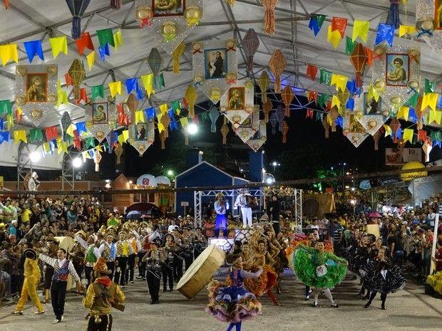 Quadrilha Asa Branca de Atalaia, de Alagoas, em apresentação na festa junina de Caruaru, Pernambuco (Foto: André Hilton/ TV Asa Branca)