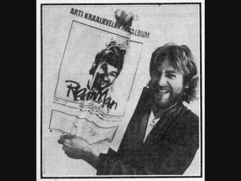 Arti bij de reclameposter van zijn eerste soloalbum.