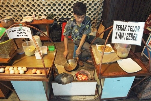 Several of the city's shopping malls also serve kerak telor in their food courts. Photo by Arif Budiman.