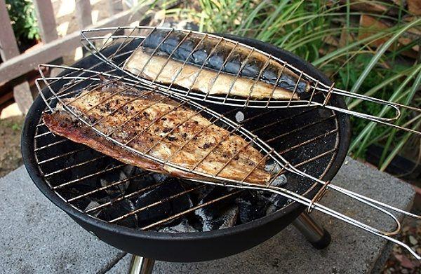 Grilování ryb na venkovním roštu grilu
