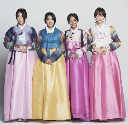 SISTAR put on traditional Korean hanboks for Chuseok (Korean Thanksgiving) greetings.    The pictures of the SISTAR members wearing colorful hanboks were recently uploaded onto Starship Entertainment's official Twitter.  In these images, the members of SISTAR, who are usually very charismatic, showed a different charm as they posed demurely with their gently folded hands and neatly pulled back hair.