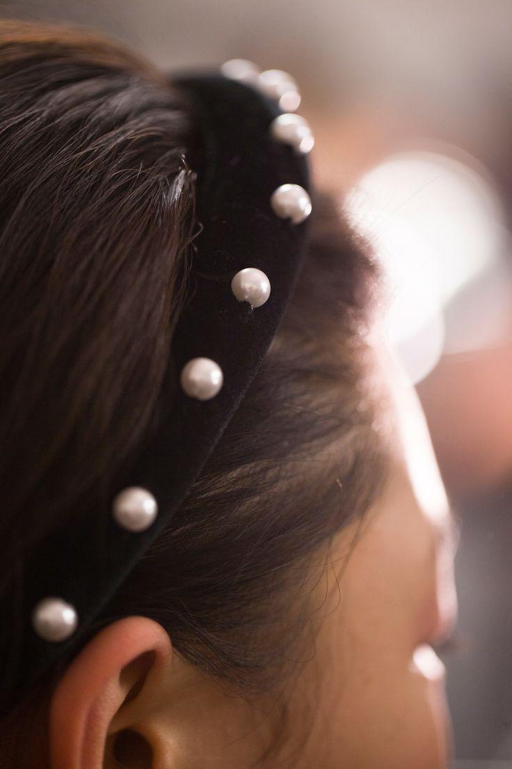 Diadema con perlas para invitadas perfectas. Visto en el desfile de Altuzarra otoño 2017 #NYFW