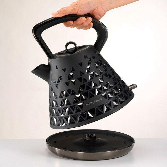 Les plus produit : Avec son design 3D, la bouilloire électrique sans fil PRISM M108101EE Morphy Richards sera sans conteste l'équipement vedette de votre cuisine.Mais vous pourrez aussi compter sur ses performances et son confort d'usage : grande contenance, rotation à 360°, filtre anti-calcaire…Un must pour votre vie de tous les jours !Caractéristiques et équipements :Bouilloire électrique sans fil PRISM M108101EECapacité (en l) : 1,5Puissance (en W) : 2200Couvercle amovible.Rotation à…