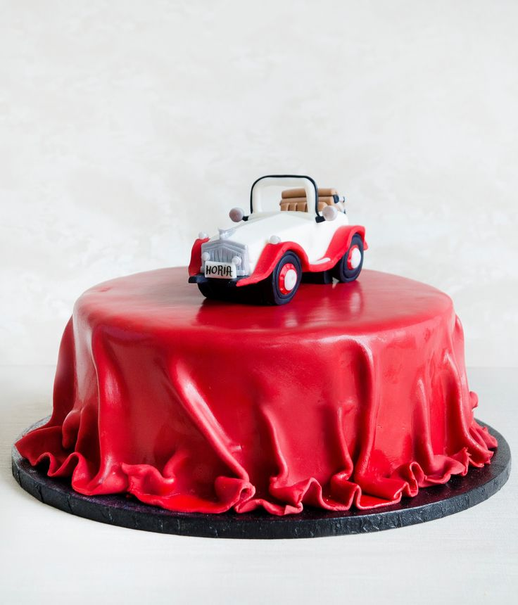 Daca tot ceea ce iti doresti este o masina de epoca, atunci acest tort elegant este cu siguranta facut pentru tine - imbracat inicing de culoare rosu inchis, intocmai ca un covor pentru celebritati, pe care este asezata aceasta deosebita masina de epoca, tortul va atrage toate privirile si poate chiar va starni invidie.