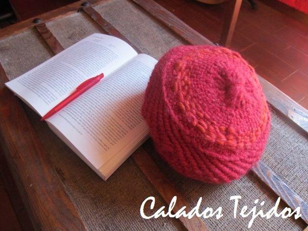 Boina roja tejida a telar en lana natural.